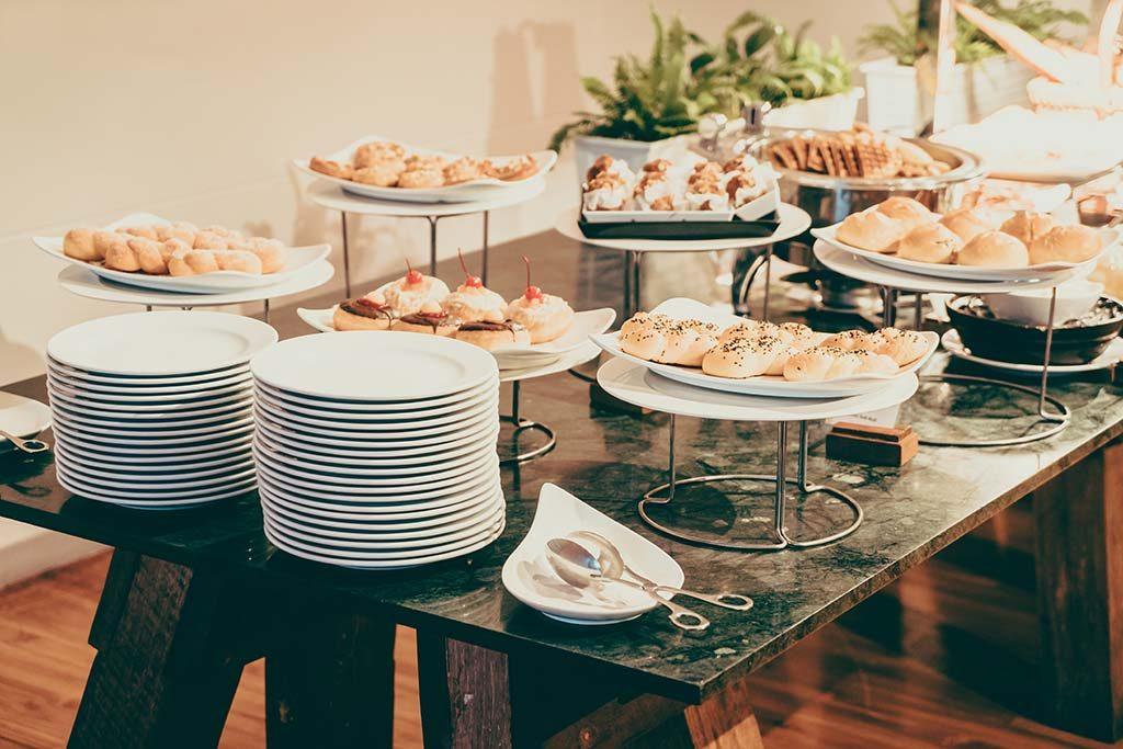 Phục vụ tiệc tận nơi có thể là dịch vụ mà khách sạn có thể nghĩ đến để tăng thêm doanh thu giữa mùa dịch COVID-19.